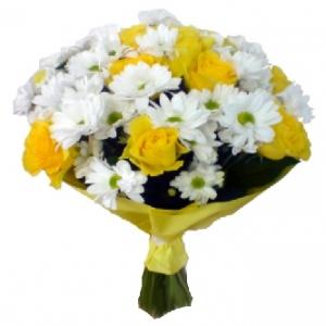 Baltos chrizantemos ir geltonos rožės