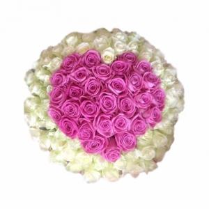 Baltos rožės su rožine širdim - Gėlių pristatymas į namus Vilniuje