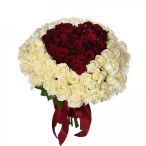 Baltos rožės su širdim viduryje